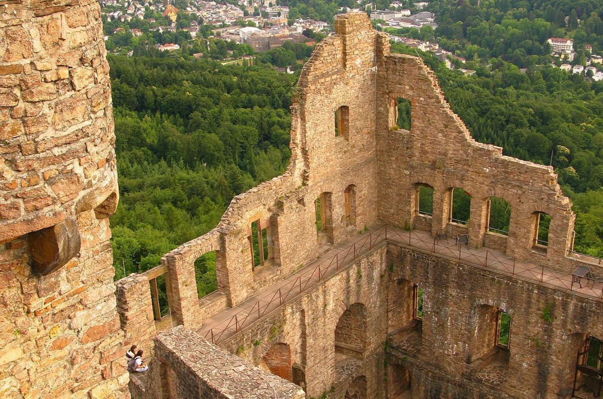 Blick von oben auf Bernhardsbau und Landschaft rund um das Alte Schloss Hohenbaden; Foto: Staatliche Schlösser und Gärten Baden-Württemberg, Julia Haseloff
