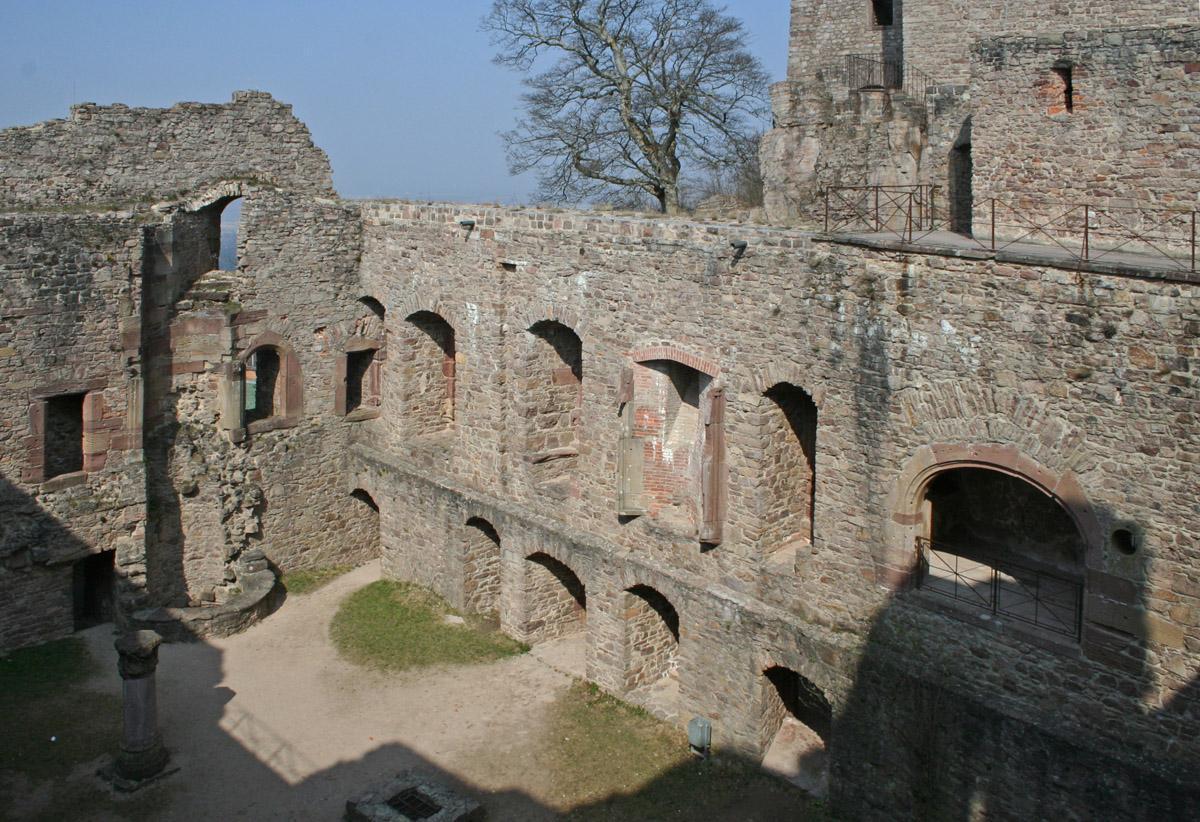 Bernhardsbau des Alten Schlosses Hohenbaden, von innen mit Säule