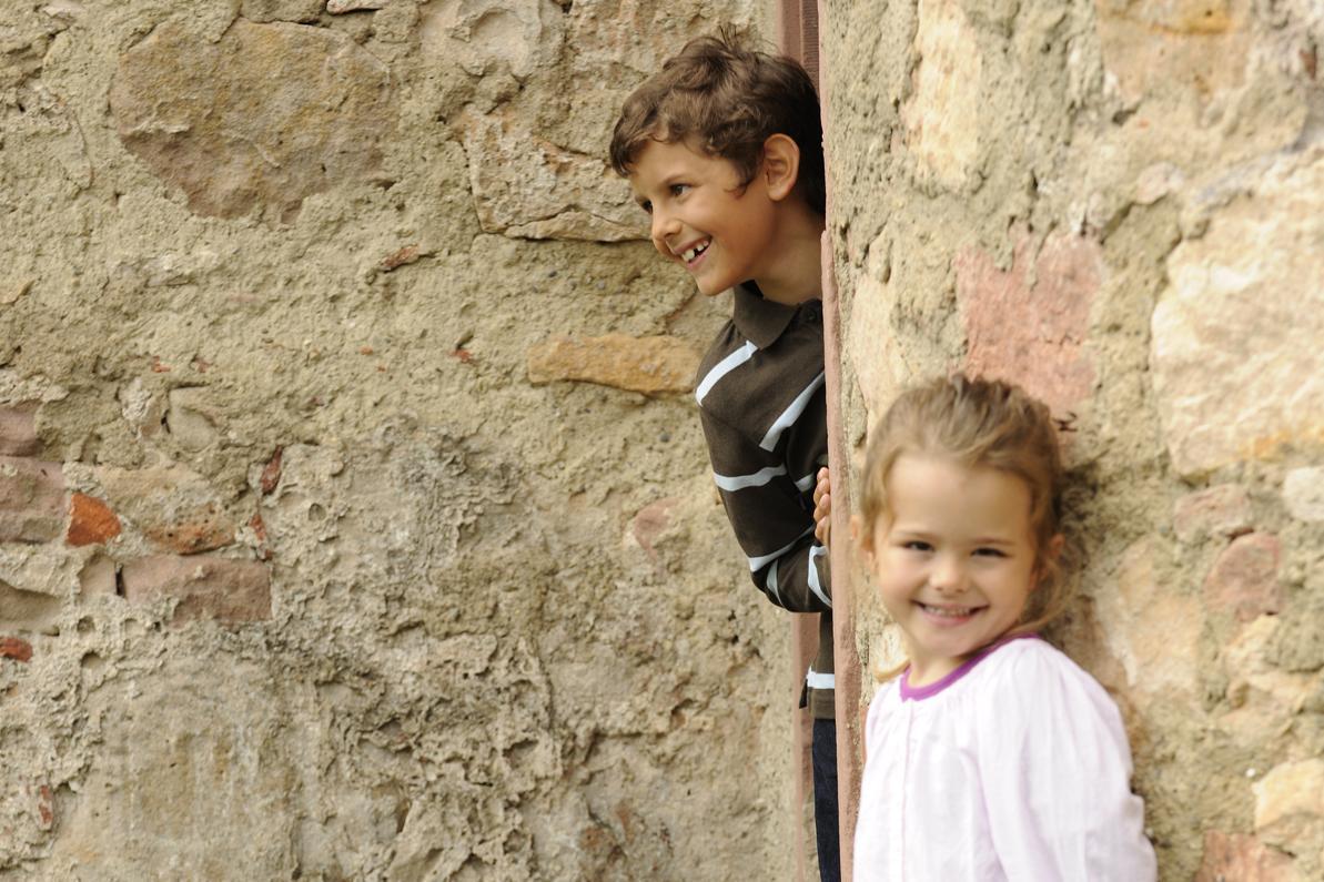 Kinder an einer Mauer auf dem Alten Schloss Hohenbaden
