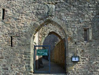 Eingangstor mit Wappen vom Alten Schloss Hohenbaden