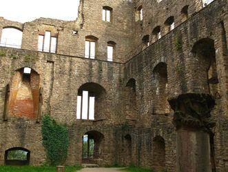 Erdgeschoss mit Säule und Rittersaal mit Kamin im Bernhardsbau