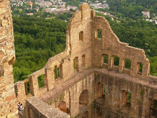 Blick von oben auf Bernhardsbau und Landschaft rund um das Alte Schloss Hohenbaden