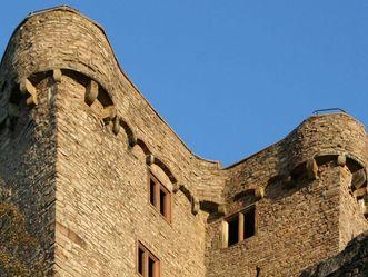 Blick aus der Froschperspektive auf den Hermannsbau des Alten Schlosses Hohenbaden