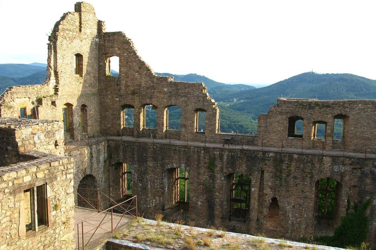 Blick in die Unterburg vom Alten Schloss Hohenbaden