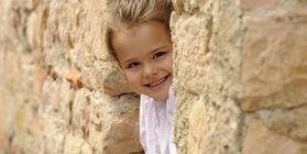 Mädchen beim Burgbesuch